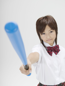 バットを上に掲げる日本人女子高生の素材 [FYI01139153]