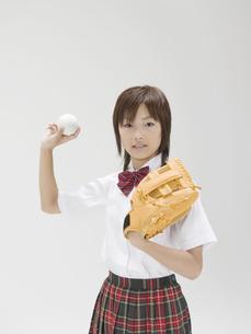 ボールを投げる構えをする日本人女子高生の素材 [FYI01139166]