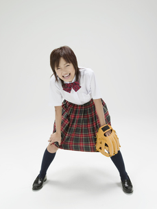 中腰でグローブを持つ日本人女子高生の素材 [FYI01139172]