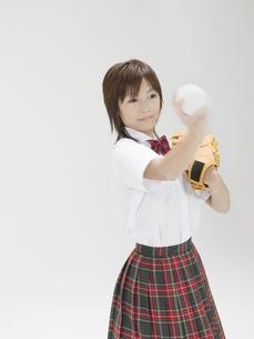 ボールを投げる構えをする日本人女子高生の素材 [FYI01139189]