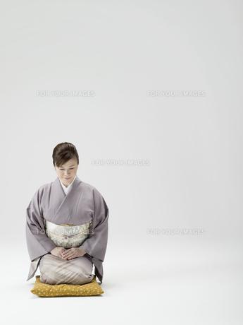 座布団に座る和服姿の日本人50代女性の素材 [FYI01139227]