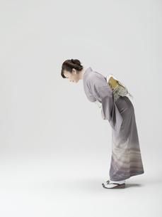お辞儀をする和服姿の日本人50代女性の素材 [FYI01139235]