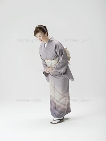 お辞儀をする和服姿の日本人50代女性の素材 [FYI01139238]