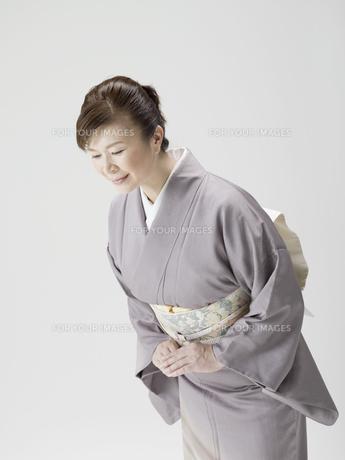 お辞儀をする和服姿の日本人50代女性の素材 [FYI01139242]