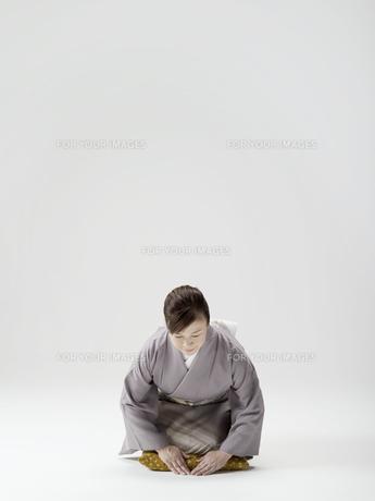 お辞儀をする和服姿の日本人50代女性の素材 [FYI01139245]