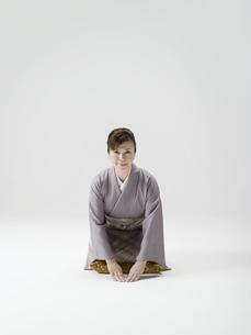 三つ指をつく和服姿の日本人50代女性の素材 [FYI01139246]