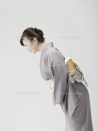 お辞儀をする和服姿の日本人50代女性の素材 [FYI01139255]
