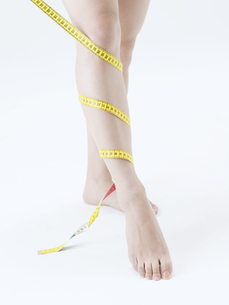 メジャーを巻いた女性の足の素材 [FYI01139330]