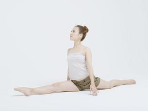 開脚する20代日本人女性の素材 [FYI01139341]