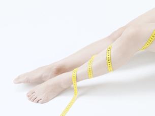 メジャーを巻いた女性の足の素材 [FYI01139343]