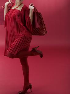 ショッピング袋を両手に持つ20代日本人女性の素材 [FYI01139366]