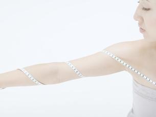 メジャーを腕に巻く女性の素材 [FYI01139383]