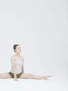 開脚する20代日本人女性の素材 [FYI01139452]