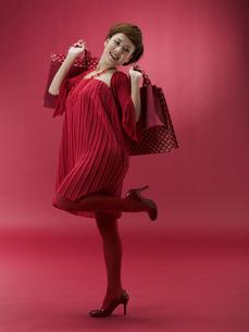 ショッピング袋を両手に持つ20代日本人女性の素材 [FYI01139465]