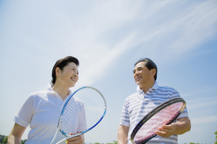テニスラケットを持つシニア夫婦の素材 [FYI01139489]
