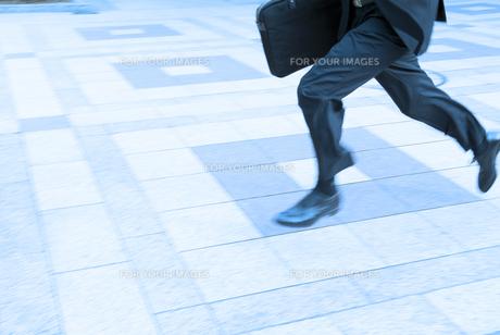 走るビジネスマンの足もとの素材 [FYI01139739]