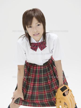 中腰でグローブを持つ日本人女子高生の素材 [FYI01139881]