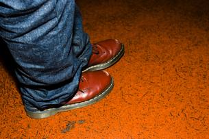 ジーンズをはいている男性の足もとの素材 [FYI01140060]