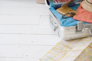床に置いた地図とスーツケースの素材 [FYI01140095]