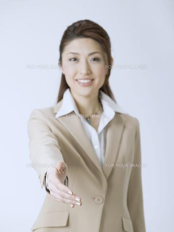 握手を求めるビジネスウーマンの素材 [FYI01140166]