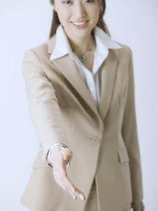 握手を求めるビジネスウーマンの素材 [FYI01140180]