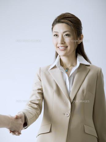握手をするビジネスウーマンの素材 [FYI01140186]