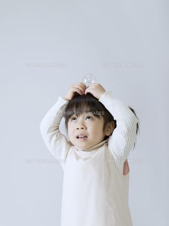 電球を頭の上にのせる女の子の素材 [FYI01140209]