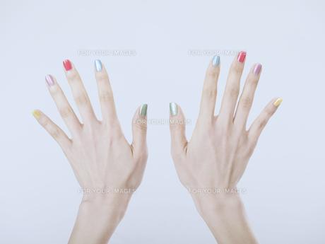 カラフルなマニキュアをした女性の手の素材 [FYI01140230]