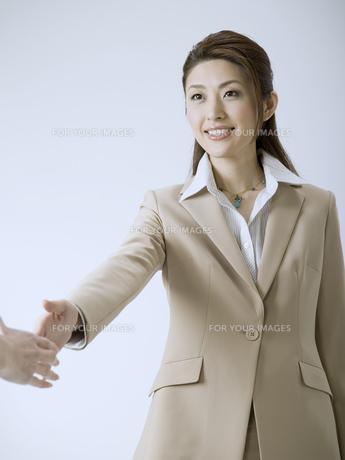 握手をするビジネスウーマンの素材 [FYI01140249]