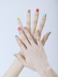 カラフルなマニキュアをした女性の手の素材 [FYI01140269]