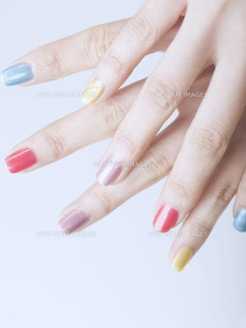 カラフルなマニキュアをした女性の指先の素材 [FYI01140292]