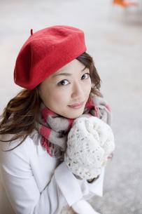 赤いベレー帽を被った女性の素材 [FYI01140409]