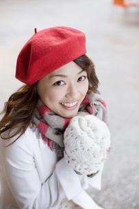 赤いベレー帽を被った女性の素材 [FYI01140410]
