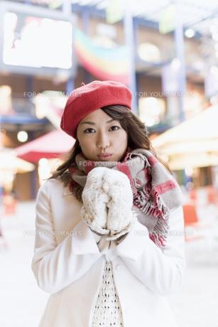 赤いベレー帽を被った女性の素材 [FYI01140413]
