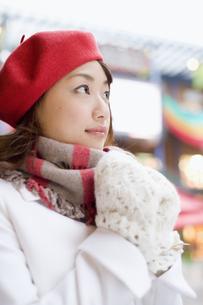赤いベレー帽を被った女性の素材 [FYI01140414]