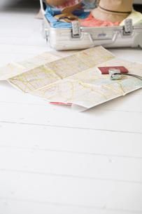 床に置いた地図とスーツケースの素材 [FYI01140556]