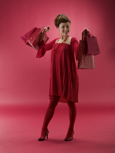 ショッピング袋を両手に持つ20代日本人女性の素材 [FYI01140882]