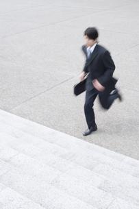 階段を駆け上がるビジネスマンの素材 [FYI01140981]