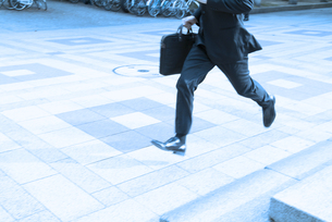 走るビジネスマンの足もとの素材 [FYI01141150]
