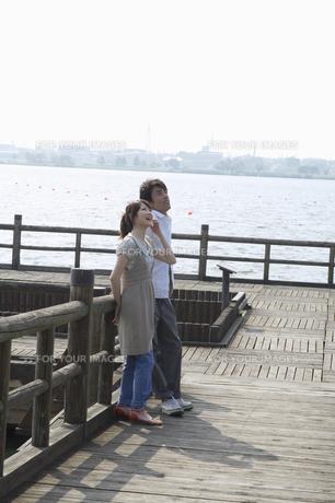 上を見上げるカップルの素材 [FYI01141170]