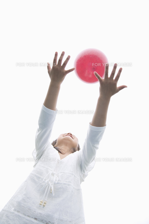 ボールで遊ぶ女の子の素材 [FYI01141270]