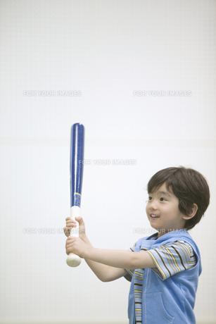 バットを持つ男の子の素材 [FYI01141293]