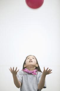 ボールで遊ぶ女の子の素材 [FYI01141304]