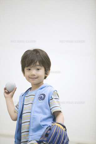ボールを投げる構えの男の子の素材 [FYI01141311]