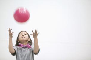ボールで遊ぶ女の子の素材 [FYI01141318]