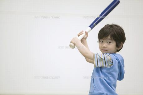 バットを持つ男の子の素材 [FYI01141329]