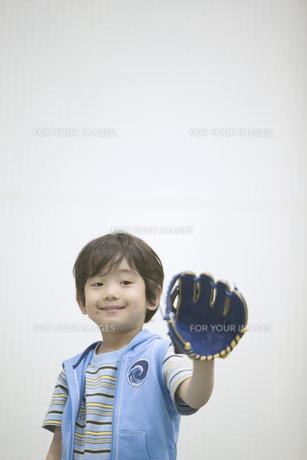 グローブを持つ男の子の素材 [FYI01141330]