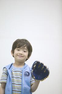 グローブを持つ男の子の素材 [FYI01141331]
