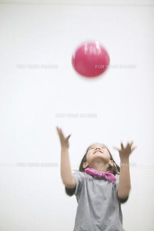 ボールで遊ぶ女の子の素材 [FYI01141339]