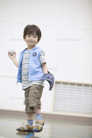 ボールを投げる構えの男の子の素材 [FYI01141340]